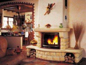 Достоинства и недостатки камина в доме